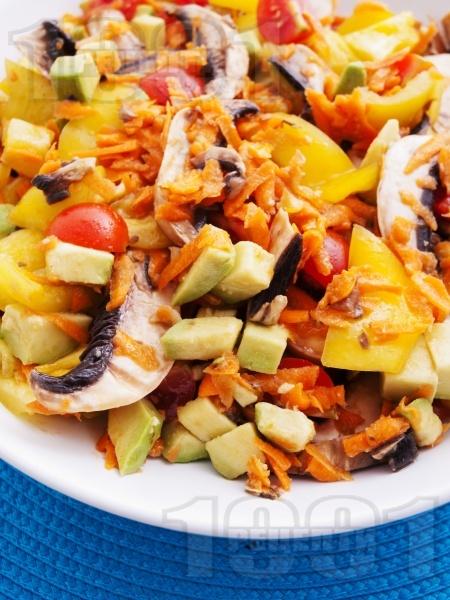 Пъстра салата с моркови, чушки, гъби и авокадо - снимка на рецептата